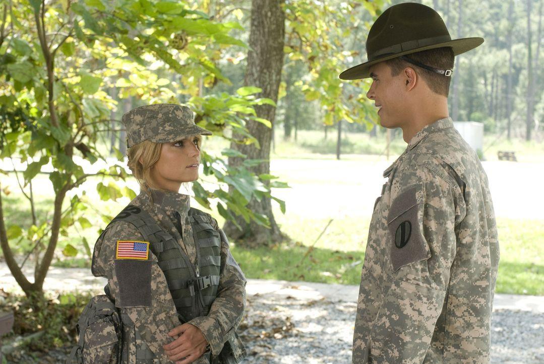 Megan (Jessica Simpson, l.) spürt, dass hinter Sergeant Evans (Ryan Sypek, r.) harter Schale ein weicher Kern steckt ... - Bildquelle: 2007 MAJOR PRODUCTIONS, INC.