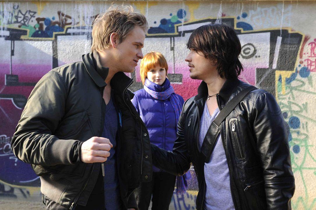 Ben (Christopher Kohn, r.) kann nicht fassen, dass Ronnie (Frederic Heidorn, l.) nun auch noch sein neuer Mitschüler ist. Er wirft ihm vor, beim Re... - Bildquelle: SAT.1