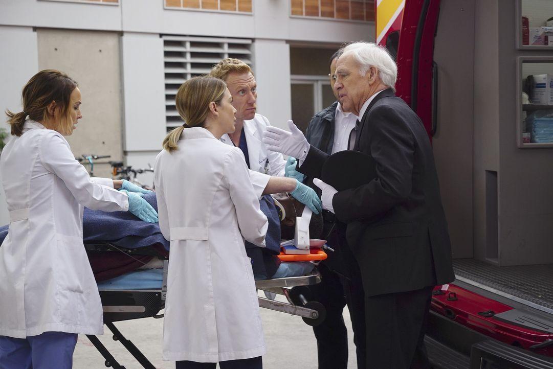 Jo (Camilla Luddington, l.), Meredith (Ellen Pompeo, 2.v.l.) und Owen (Kevin McKidd, 3.v.l.) kümmern sich einen älteren Herren (Charles Robinson, li... - Bildquelle: Richard Cartwright ABC Studios