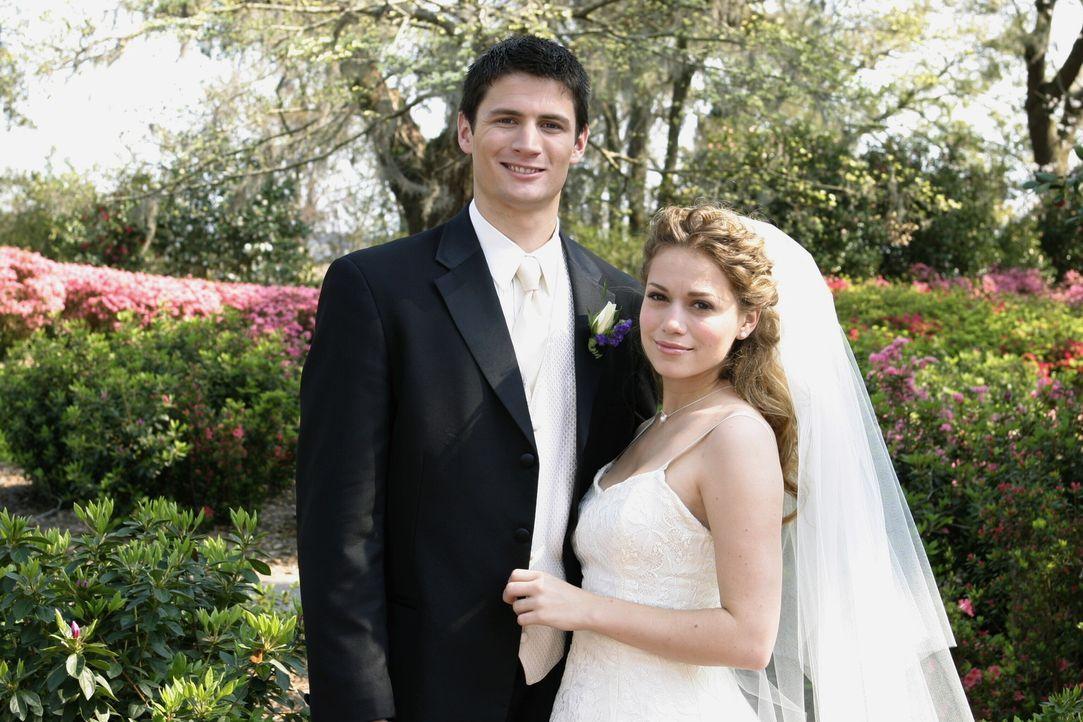 Ein fast perfekter Tag, denn die Hochzeit zwischen Nathan (James Lafferty, l.) und Haley (Bethany Joy Galeotti, r.) verläuft nicht ganz ohne Skanda... - Bildquelle: Warner Bros. Pictures