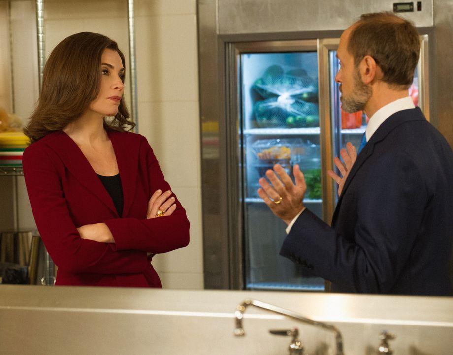 Sie setzen ihr TV-Duell in der Küche fort, als die Liveübertragung abgebrochen wird: Alicia (Julianna Margulies, l.) und Frank Prady (David Hyde Pie... - Bildquelle: Jeffery Neira 2014 CBS Broadcasting Inc. All Rights Reserved.