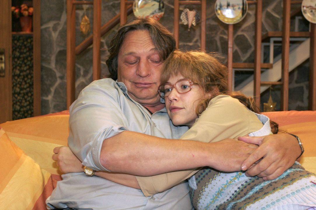 Lisa (Alexandra Neldel, r.) hadert mit der neuen Verantwortung und wird von ihrem Vater Bernd (Volker Herold, l.) getröstet. - Bildquelle: Noreen Flynn SAT.1 / Noreen Flynn