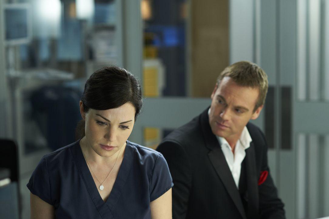 Alex (Erica Durance, l.) ahnt nicht, dass Charlie (Michael Shanks, r.) stets an ihrer Seite ist ... - Bildquelle: 2012  Hope Zee One Inc.