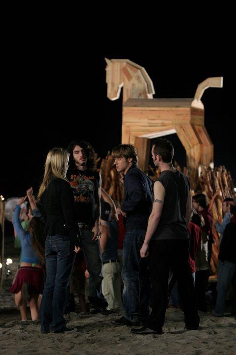 Am Abend erscheint Alex (Olivia Wilde, l.) mit zwei Schlägern im Schlepptau, die sofort auf Ryan (Benjamin McKenzie, 2.v.r.) losgehen ... - Bildquelle: Warner Bros. Television