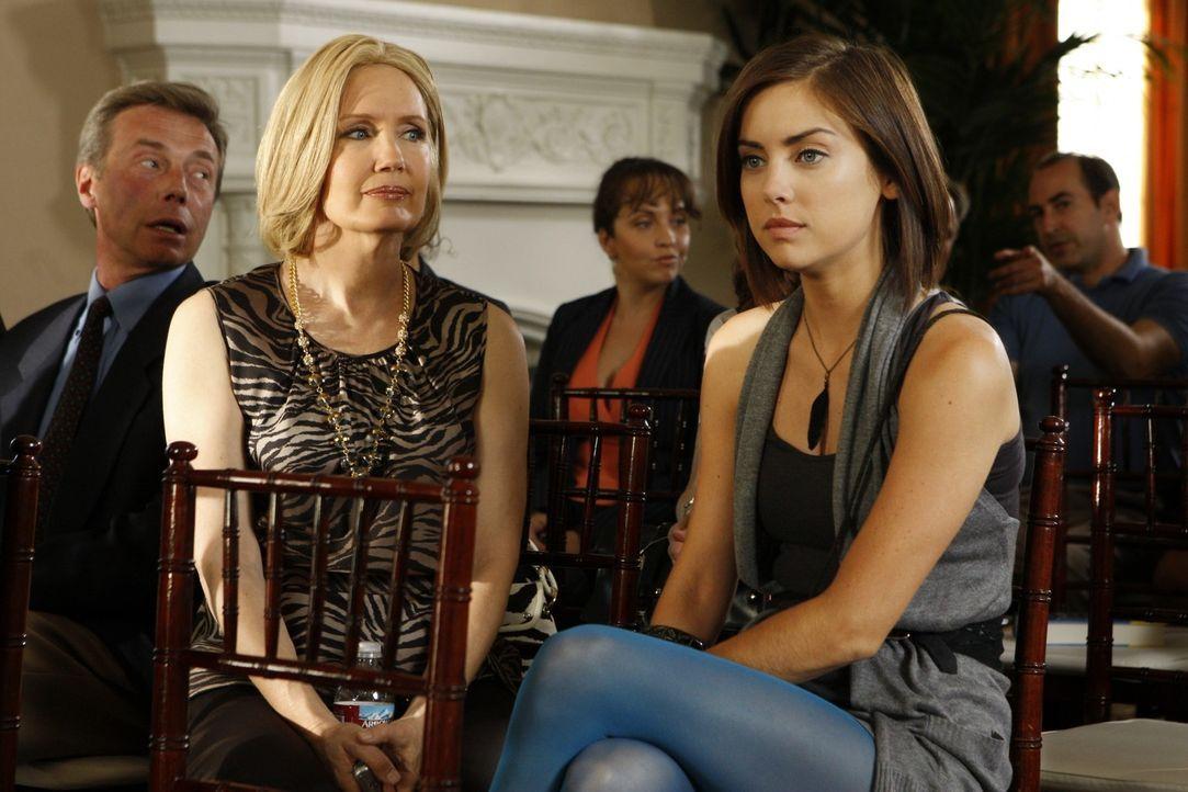 Silver (Jessica Stroup, r.) ist nicht sehr glücklich wieder auf ihre Mutter Jackie (Ann Gillespie, l.) zu treffen. - Bildquelle: TM &   CBS Studios Inc. All Rights Reserved