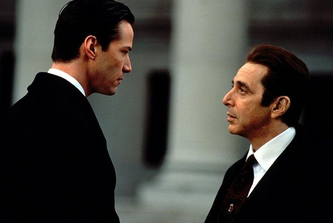 Ungerührt verlangt John Milton (Al Pacino, r.) von seinem neuen Schützling Kevin Lomax (Keanu Reeves, l.) bedingungslosen Einsatz, bis an die Grenze... - Bildquelle: Warner Bros.
