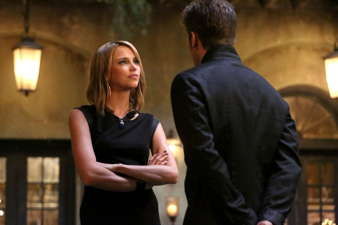 Obwohl Klaus (Joseph Morgan, r.) es sich selber nie eingestehen würde, erkennt Freya (Riley Voelkel, l.) sofort, dass er sich wirklich Sorgen um die... - Bildquelle: Warner Bros. Entertainment Inc.