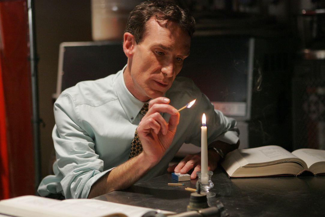 Der Naturwissenschaftler Bill Waldie (Bill Nye) versucht herauszufinden, wie der Brandstifter vorgegangen ist ... - Bildquelle: Paramount Network Television