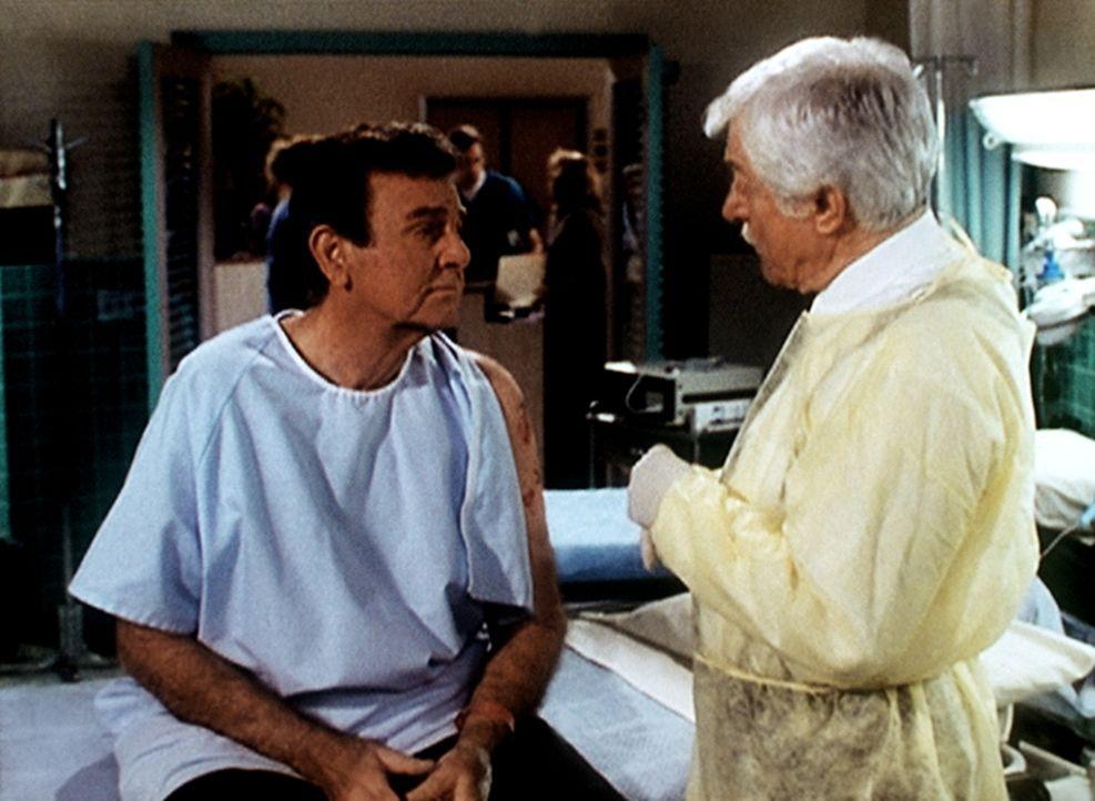 Dr. Mark Sloan (Dick Van Dyke, r.) gibt dem Detektiv Mannix (Mike Connors, l.) zu verstehen, dass er sich dringend einer Operation unterziehen müsst... - Bildquelle: Viacom