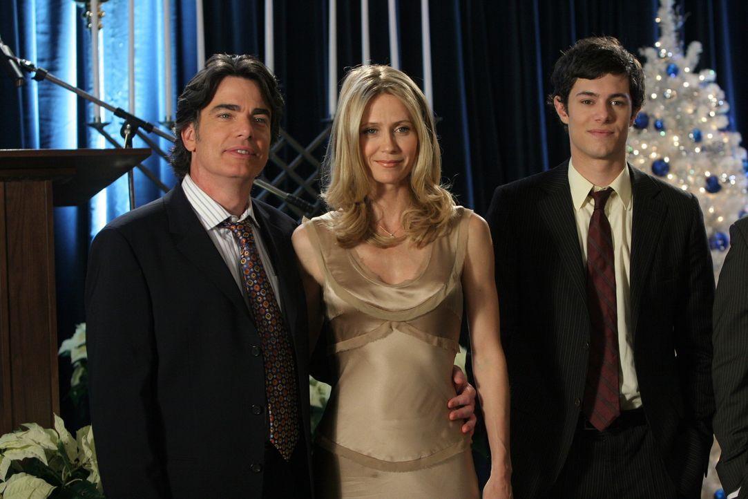 Feiern Ryans Bar Mitzvah: Sandy (Peter Gallagher, l.), Kirsten (Kelly Rowan, M.) und Seth (Adam Brody, r.) ... - Bildquelle: Warner Bros. Television