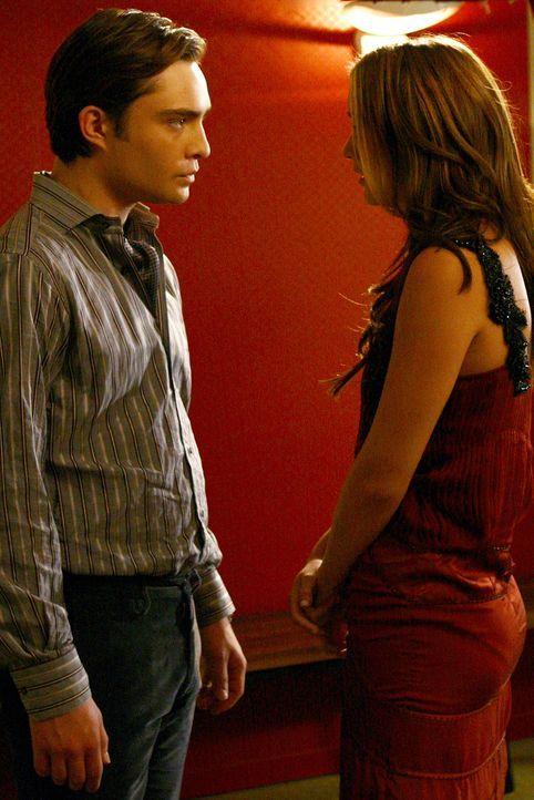 Blair (Leighton Meester, r.) stellt sich selbst als Belohung, wenn Chuck (Ed Westwick, l.) ihr behilflich ist, sich bei Vanessa zu rächen. Sie hat a... - Bildquelle: Warner Brothers