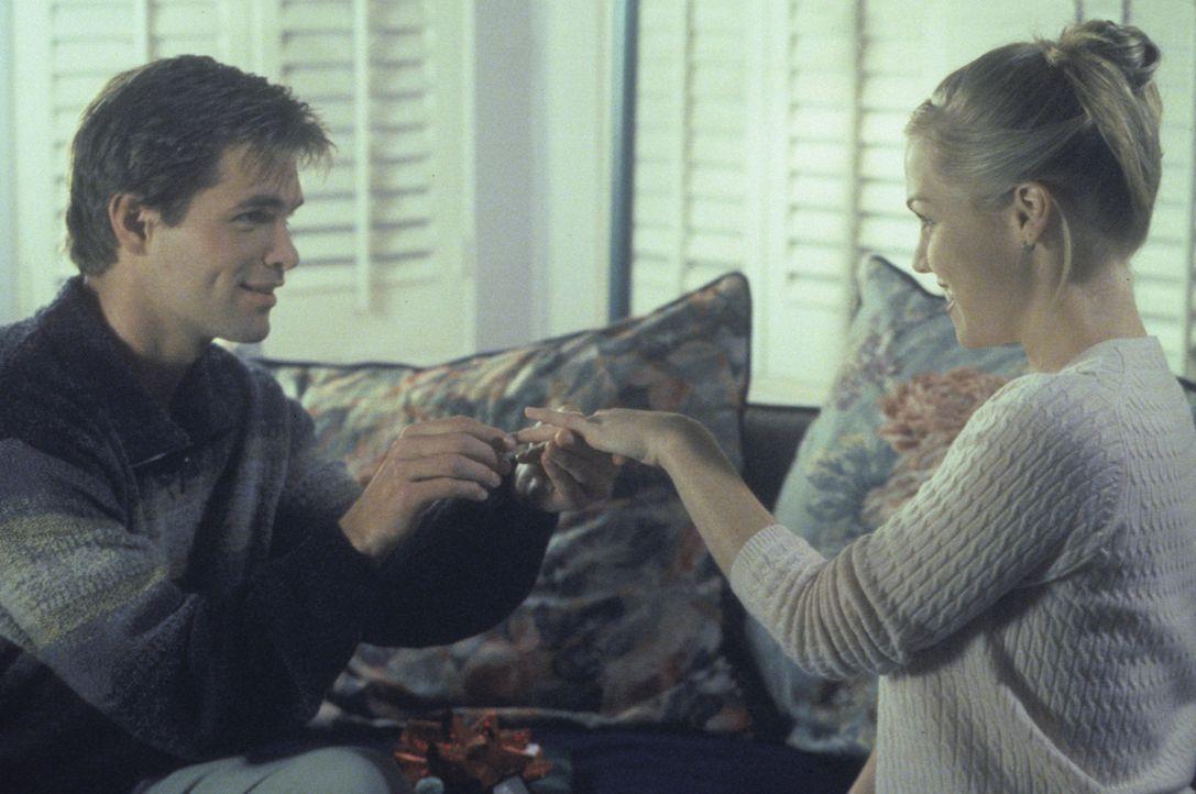 Während Steve seinen neuen Antrag akribisch vorbereitet, scheint Matt (Daniel Cosgrove, l.) mit seinem Antrag bei Kelly (Jennie Garth, r.) auch so f... - Bildquelle: Paramount Pictures