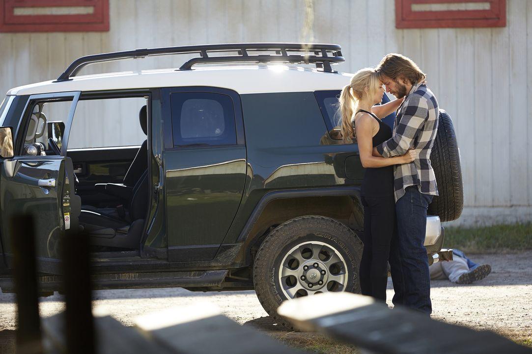 Ist es wirklich eine Halluzination oder können Elena (Laura Vandervoort, l.) und Clay (Greyston Holt, r.) endlich wieder zusammen sein? - Bildquelle: 2015 She-Wolf Season 2 Productions Inc.