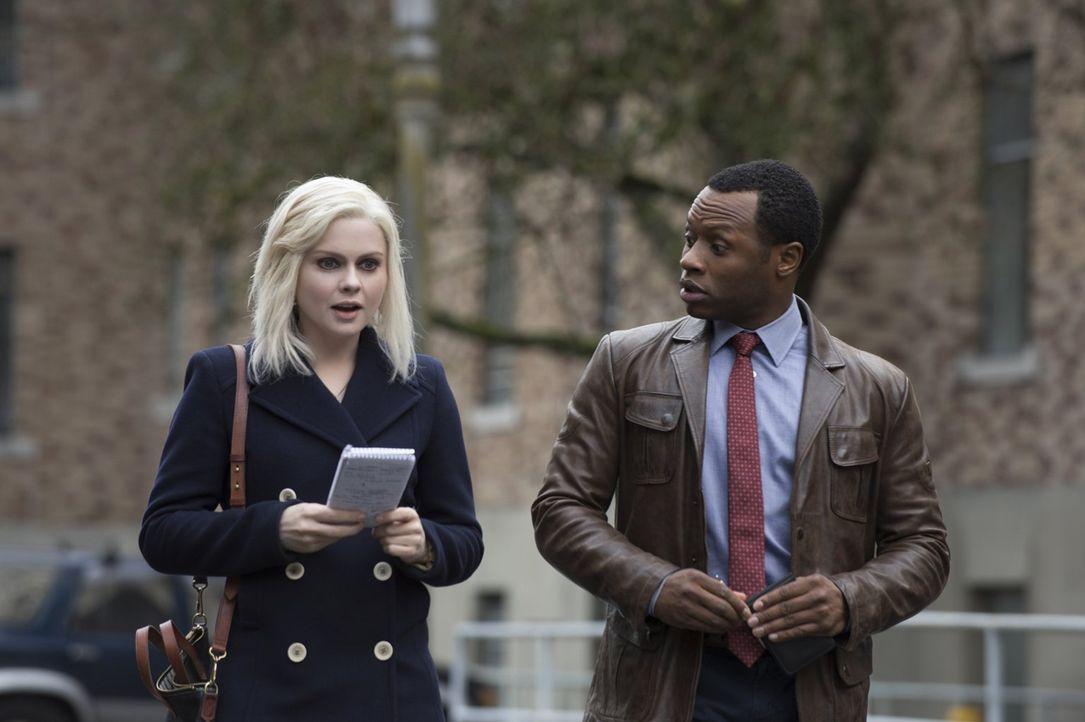 Der Tod einer Journalistin führt Liv (Rose McIver, l.) Clive (Malcolm Goodwin, r.) in die Chefetage eines einflussreichen Konzerns ... - Bildquelle: Warner Brothers