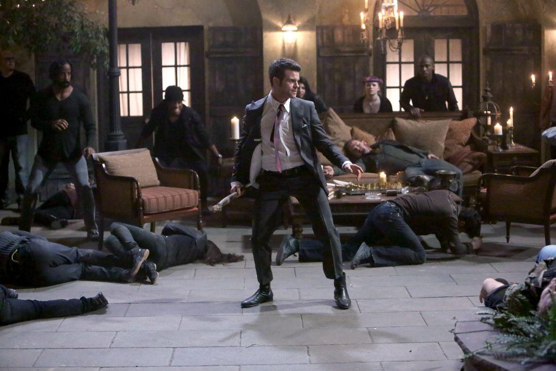 Elijah im Kampf um News Orleans und Hayley - Bildquelle: Warner Bros. Entertainment Inc.