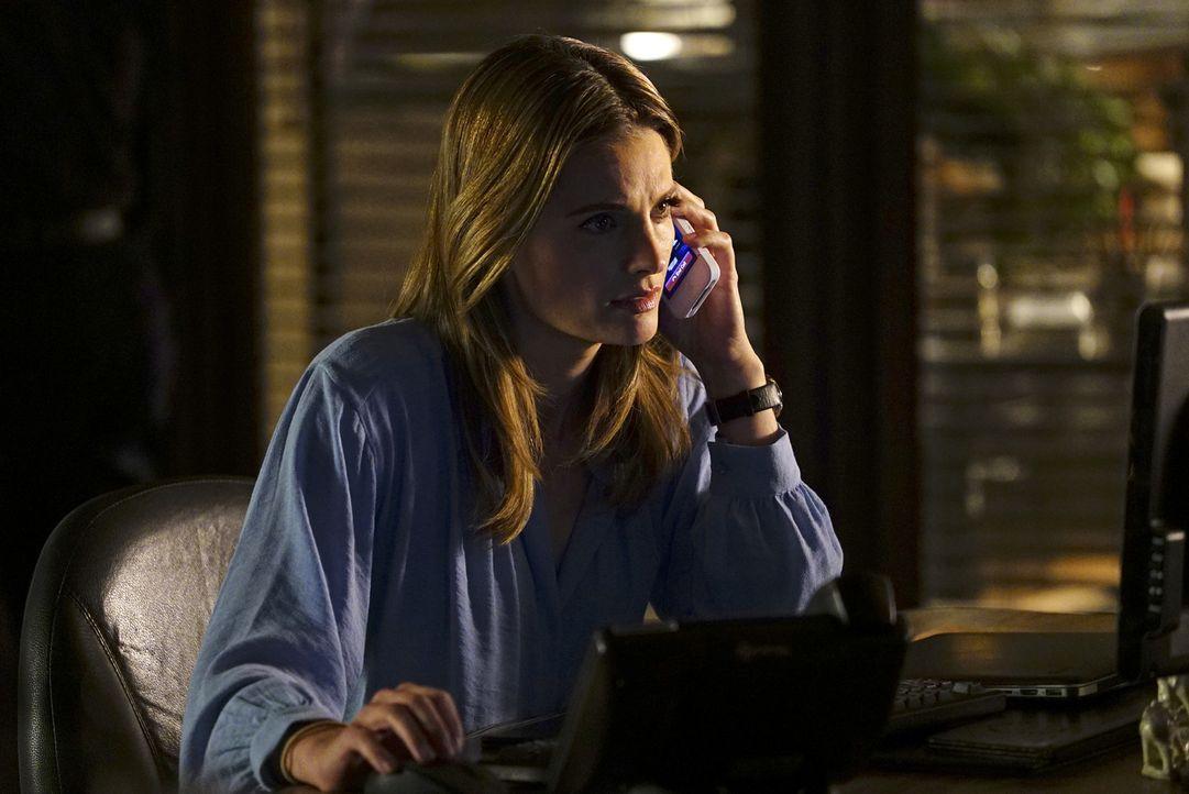 Völlig ängstlich verfolgt Kate (Stana Katic) am Boden die Ereignisse von Castle und Alexis in der Luft ... - Bildquelle: Richard Cartwright ABC Studios
