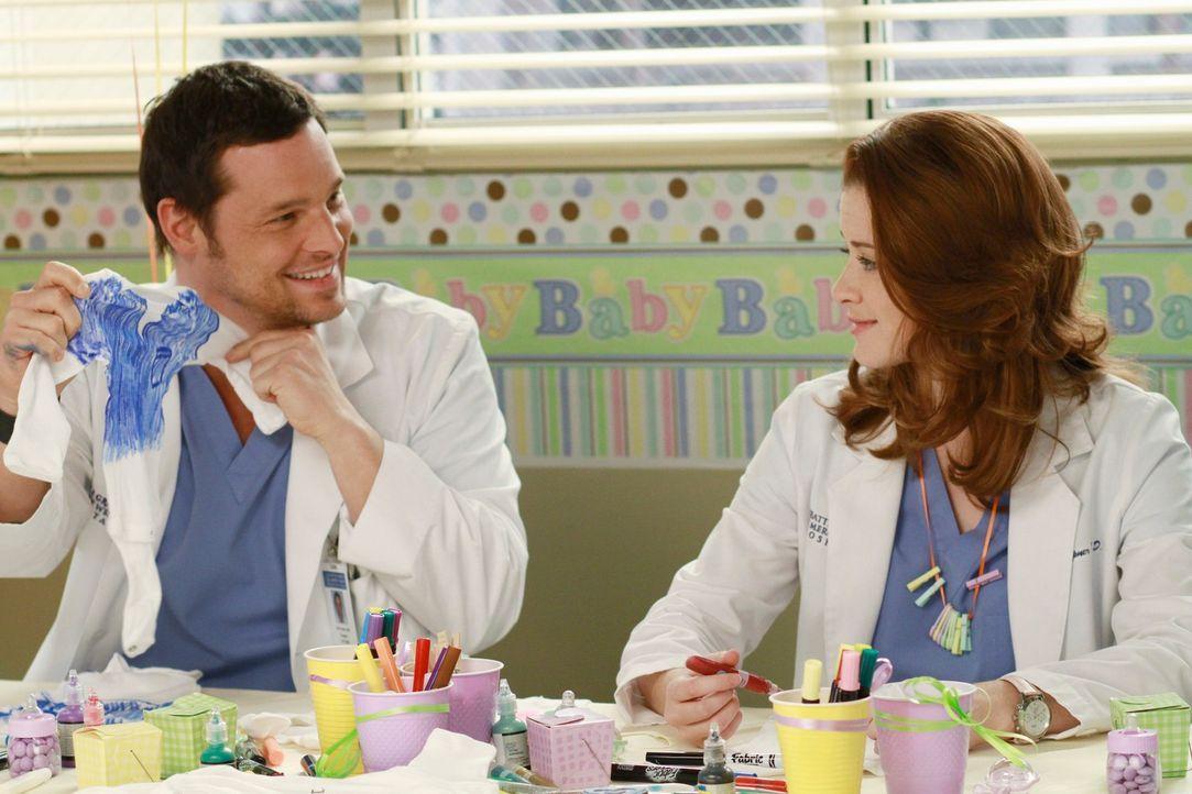 Haben Spaß bei den Vorbereitungen zur Baby-Party: Alex (Justin Chambers, l.) und April (Sarah Drew, r.) ... - Bildquelle: ABC Studios