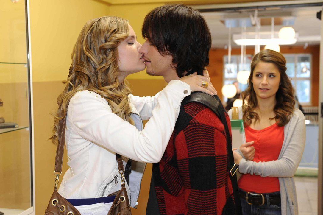 Caros (Sonja Bertram, l.) Selbstbewusstsein wächst durch den Flirt mit Stefan Bergmann. Nun hat sie sich in den Kopf gesetzt, Bea (Vanessa Jung, r.... - Bildquelle: Christoph Assmann SAT.1