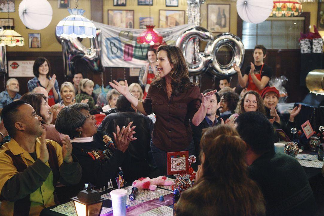 Der Bingo-Abend wird ein voller Erfolg und auch Kim Keeler (Peri Gilpin, M.) amüsiert sich köstlich ... - Bildquelle: 2010 Disney Enterprises, Inc. All rights reserved.