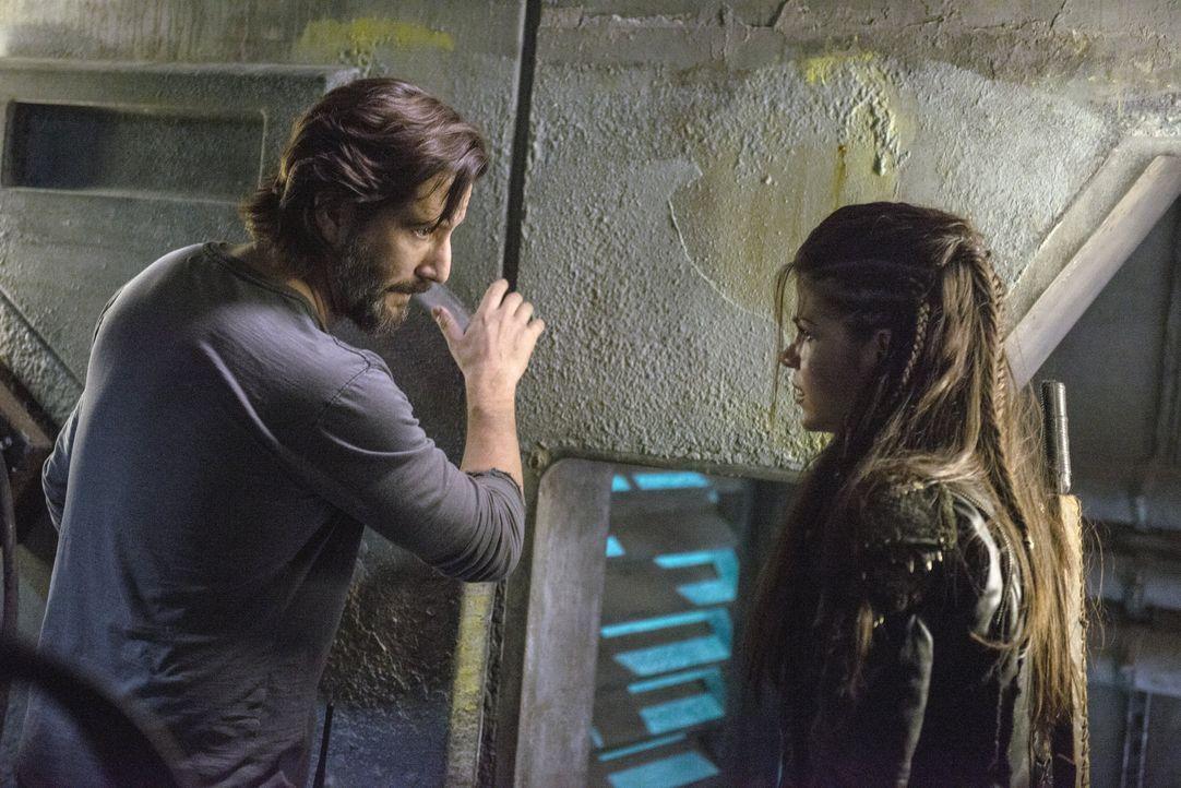 Kane (Henry Ian Cusick, l.) und Octavia (Marie Avgeropoulos, r.) treffen ein Abkommen, dass sie in Lebensgefahr bringen könnte ... - Bildquelle: 2014 Warner Brothers