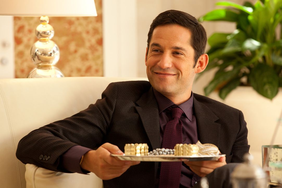 Harry (Enrique Murciano) bietet Rae an, ihr die Welt zu zeigen und ihr Märchen zu leben. Er nimmt sie in seinem Privatjet mit nach London in sein e... - Bildquelle: Bob Mahoney CPT Holdings, Inc.  All Rights Reserved.     (Sony Pictures Television International)