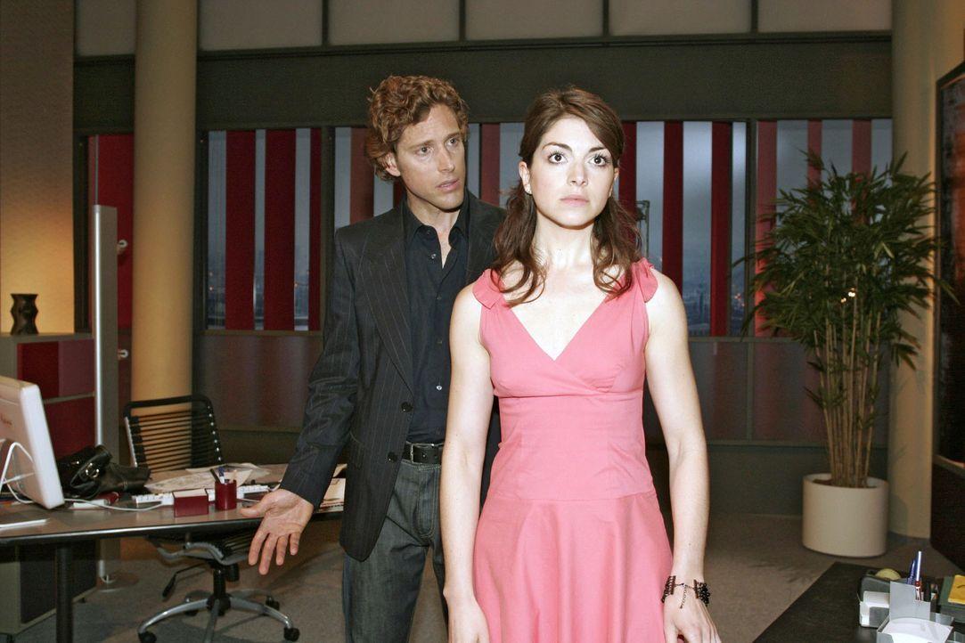 Nach ihrem leidenschaftlichen Kuss versucht Mariella (Bianca Hein, r.) ihre Gefühle gegenüber Lars (Clayton M. Nemrow) zu verbergen. - Bildquelle: Sat.1