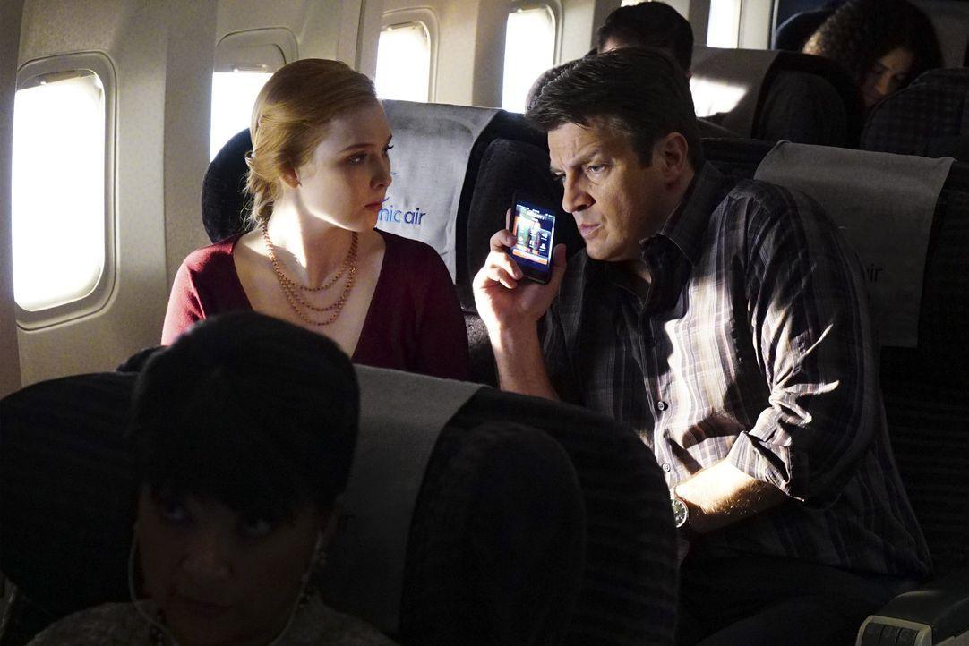 Bei dem Flug nach London geraten Castle (Nathan Fillion, r.) und seine Tochter Alexis (Molly C. Quinn, l.) in unvorhersehbare Schwierigkeiten ... - Bildquelle: Richard Cartwright ABC Studios / Richard Cartwright