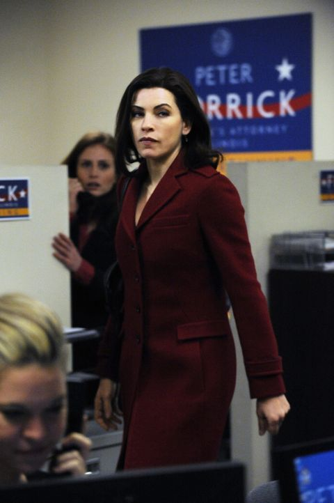 Im Wahlkampf zwischen Wendy Scott-Carr und Peter wird es immer enger, schließlich lässt sich Alicia (Julianna Margulies) darauf ein, ein Ehegatten... - Bildquelle: CBS   2011 CBS Broadcasting Inc. All Rights Reserved.