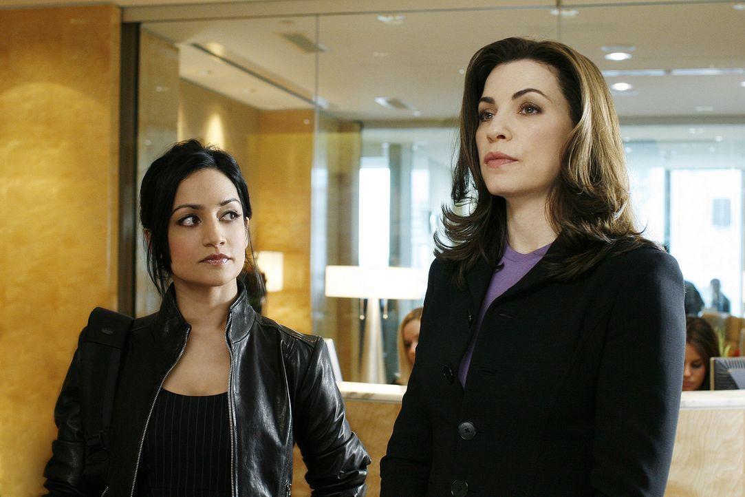 Versuchen die Wahrheit ans Licht zu bringen: Kalinda (Archie Panjabi, l.) und Alicia (Julianna Margulies, r.) ... - Bildquelle: CBS Studios Inc. All Rights Reserved.