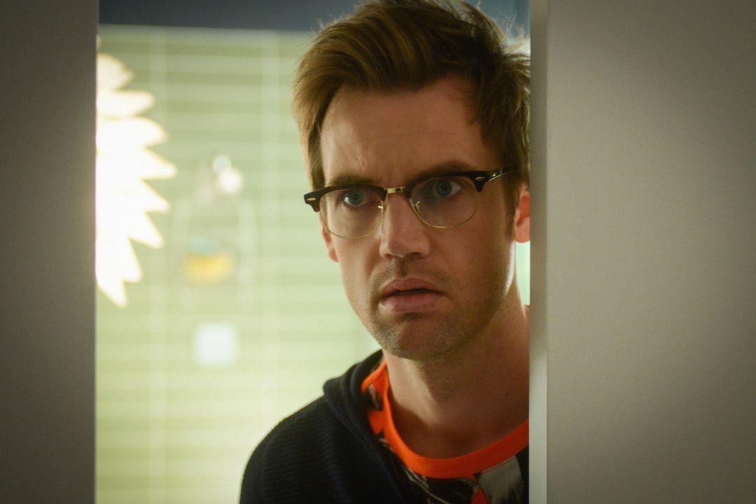 Erkennt Charlie (Tyler Hilton), wie weit entwickelt und wie menschlich Lucy bereits ist? - Bildquelle: Dale Robinette 2015 CBS Broadcasting Inc. All Rights Reserved.