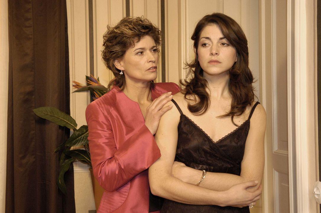 Sophie von Brahmberg (Gabrielle Scharnitzky, l.) nutzt den Vorfall auf der Party, um Mitleid mit ihrer betrogenen Tochter Mariella (Bianca Hein, r.)... - Bildquelle: Noreen Flynn SAT.1 / Noreen Flynn