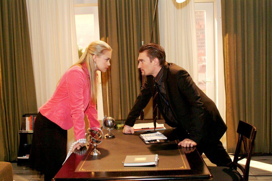 Kims (Lara-Isabelle Rentinck, l.) Vermittlungsversuche prallen an Richard (Karim Köster, r.) ab. - Bildquelle: Monika Schürle Sat.1