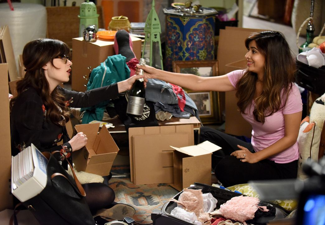 Jess (Zooey Deschanel, l.) muss mit einem Zahlenchaos in ihrem Kopf zurechtkommen, während Cece (Hannah Simone, r.) dem realen Chaos in ihrem Apartm... - Bildquelle: Ray Mickshaw 2016 Fox and its related entities. All rights reserved. / Ray Mickshaw