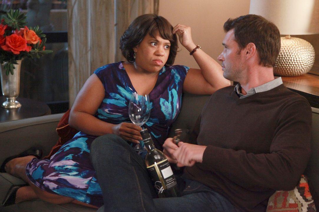 Während Teddy und Henry (Scott Foley, r.) eine Dinner-Party für alle Pärchen schmeißen, trifft Bailey (Chandra Wilson, l.) eine Entscheidung bezügli... - Bildquelle: ABC Studios