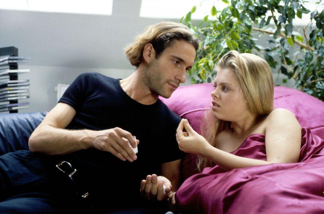 Nur bei ihrem Freund Nico (Falk-Willy Wild, l.) fühlt sich Natalie (Anne Sophie Briest, r.) geborgen. Als sie jedoch merkt, dass Nico ein Zuhälter... - Bildquelle: Sat.1