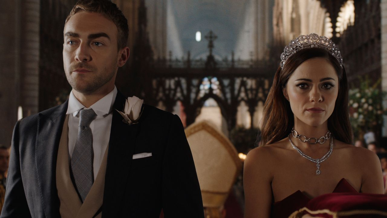 Während die Trauung von Robert und Willow nicht so abläuft, wie Millionen von Zuschauern erwartet haben, wollen Jasper (Tom Austen, l.) und Eleanor... - Bildquelle: 2018 Lions Gate Entertainment Inc. All Rights Reserved.