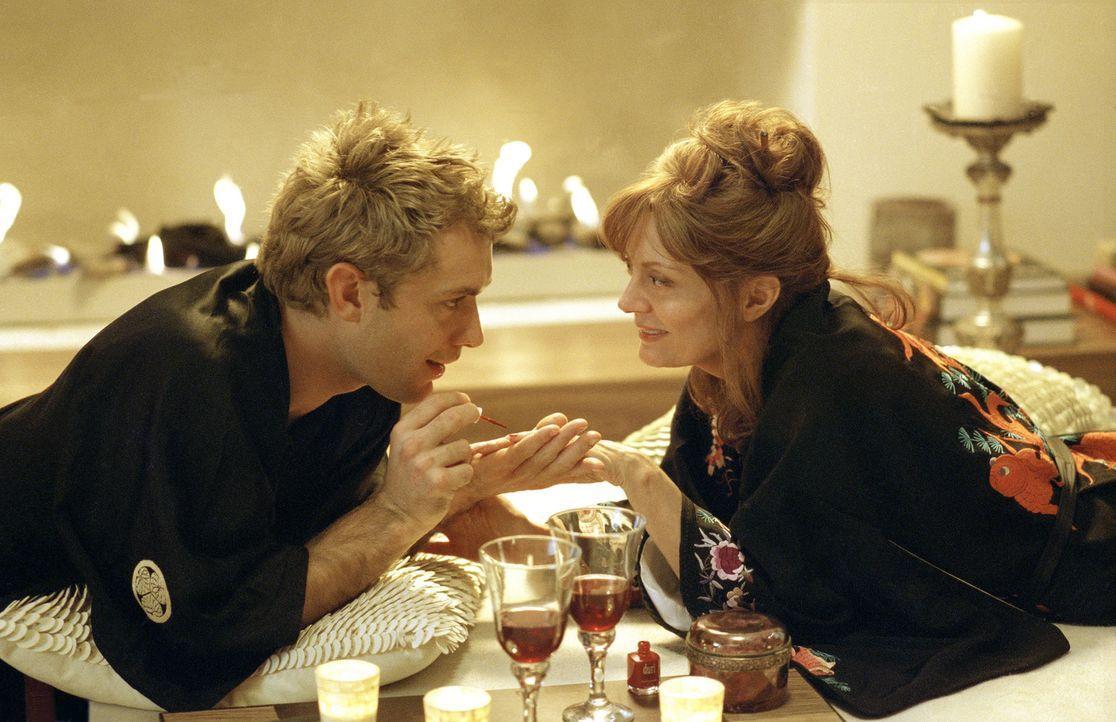 """Das Lebensmotto des gutaussehenden Chauffeurs Alfie (Jude Law, l.) lautet: """"Women and Wine"""". Der Schürzenjäger lässt die Herzen zahlreicher New Y... - Bildquelle: Paramount Pictures"""