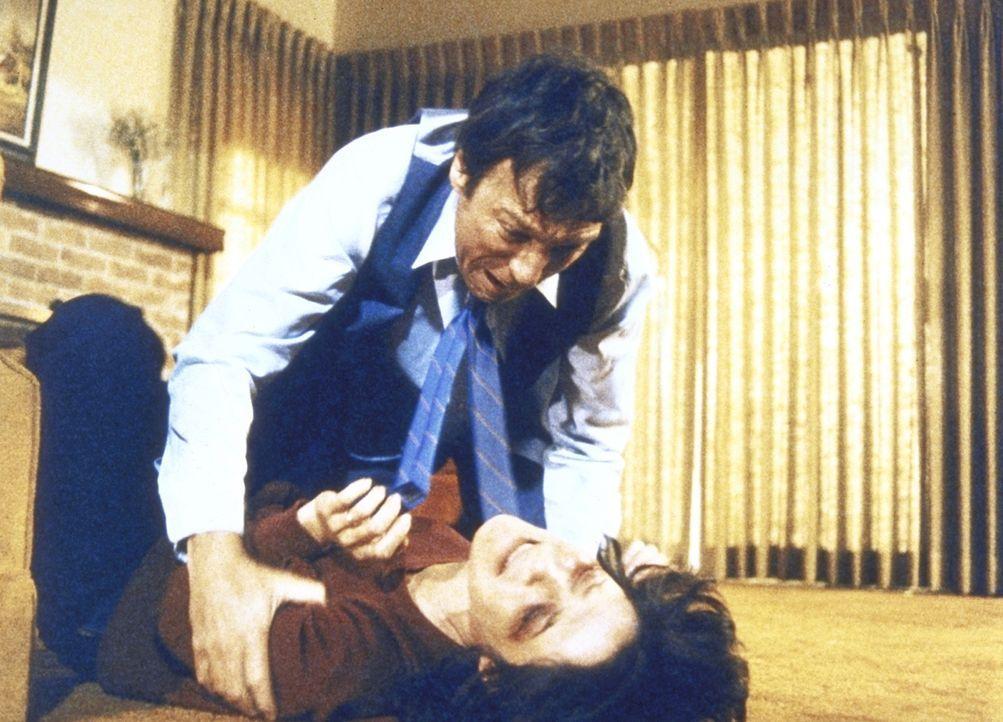 Phyllis (Sheila Larken, r.) wird von ihrem Mann Brent (Grey Mullavey) erneut geschlagen. - Bildquelle: ORION PICTURES CORPORATION. ALL RIGHTS RESERVED.