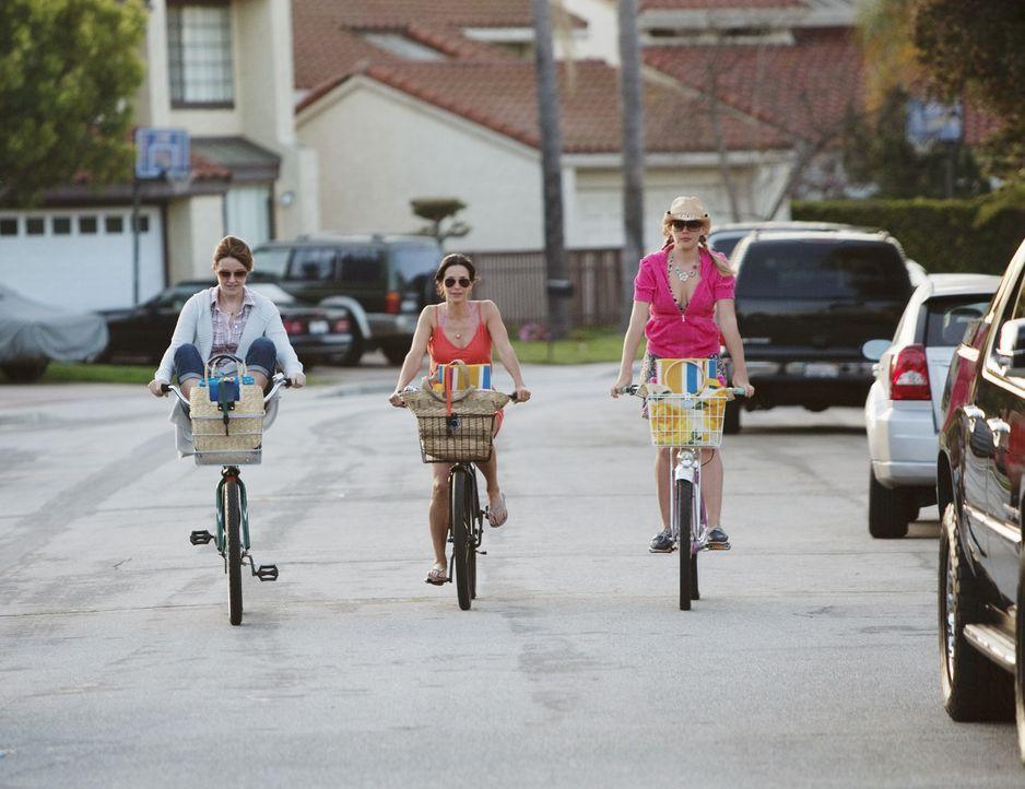 Auf geht's zu Strand, um Bobby geschickt die Wahrheit zu erzählen: Jules (Courteney Cox, M.), Laurie (Busy Philipps, l.) und Ellie (Christa Miller,... - Bildquelle: 2009 ABC INC.
