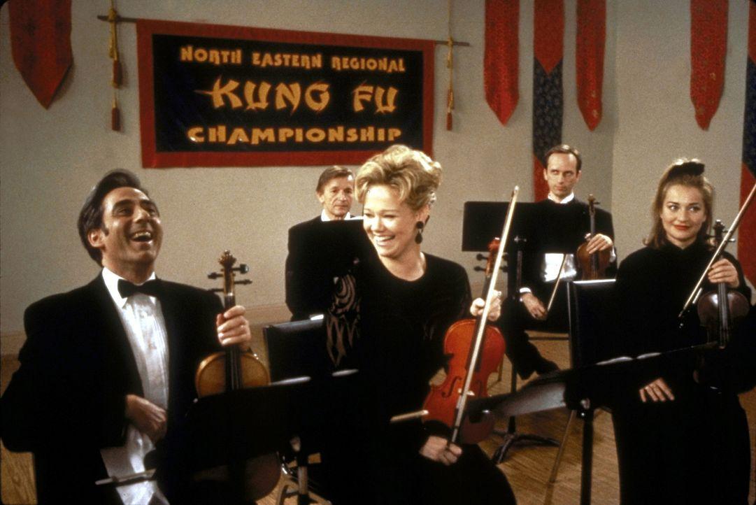 Hilda (Caroline Rhea, M.) versucht, sich auch ohne Zauberkraft gegen ihren Widersacher Gustavo (Robert Dorfman, l.) als erste Geige durchzusetzen. - Bildquelle: Paramount