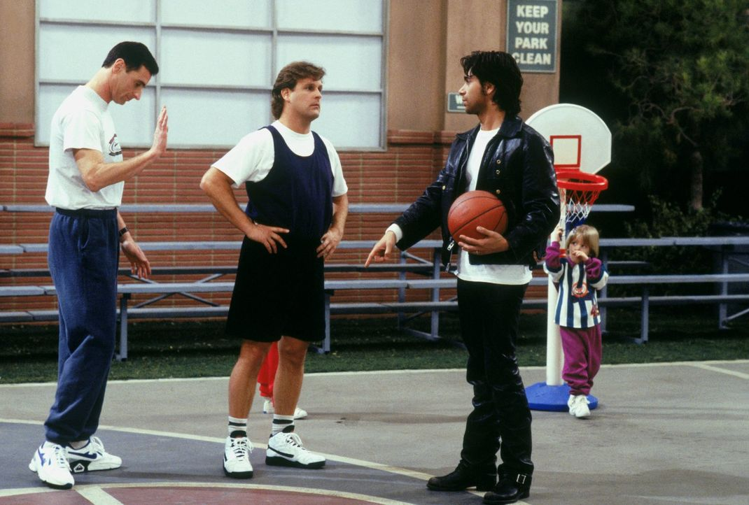 Danny (Bob Saget, l.), Joey (Dave Coulier, M.) und Jesse (John Stamos, r.) werden zu einem Basketball-Benefizspiel eingeladen - ganz zum Leidwesen v... - Bildquelle: Warner Brothers Inc.