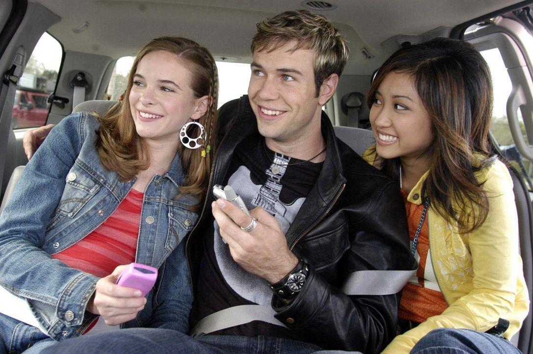 Eines Tages vertauscht der Popsänger Jordan Cahill (Taran Killam, M.) sein Handy, auf dem alle Songs gespeichert sind, mit dem von Brittany (Daniel... - Bildquelle: The Disney Channel