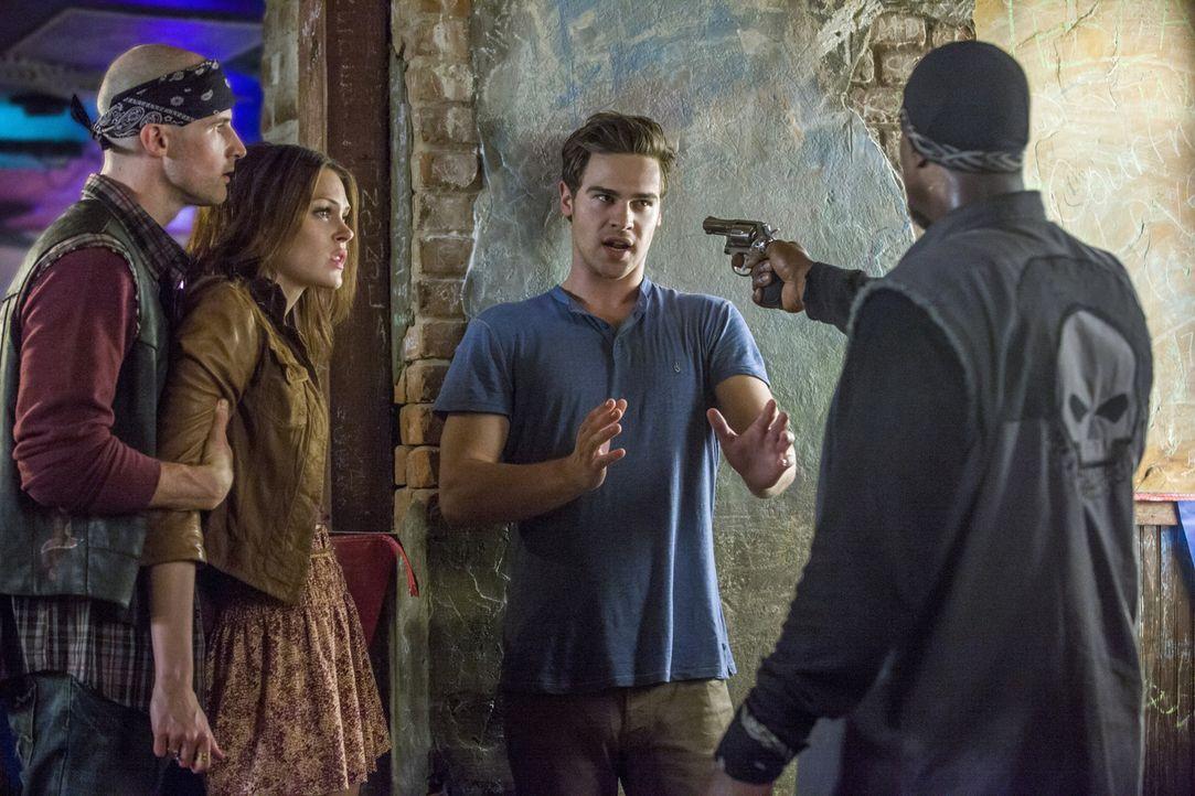 Nachdem Grayson (Grey Damon, 2.v.r.) Eric und den beiden Red Hawks K.P (Jon Eyez, r.) und Little Red (Wes Murphy, l.) hilft, gerät er in Schwierigke... - Bildquelle: 2014 The CW Network, LLC. All rights reserved.