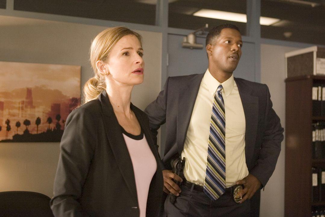 Bei ihren Ermittlungen staunen Brenda (Kyra Sedgwick, l.) und Sgt. David Gabriel (Cory Reynolds, r.) nicht schlecht: einige der prominentesten Bürge... - Bildquelle: Warner Brothers