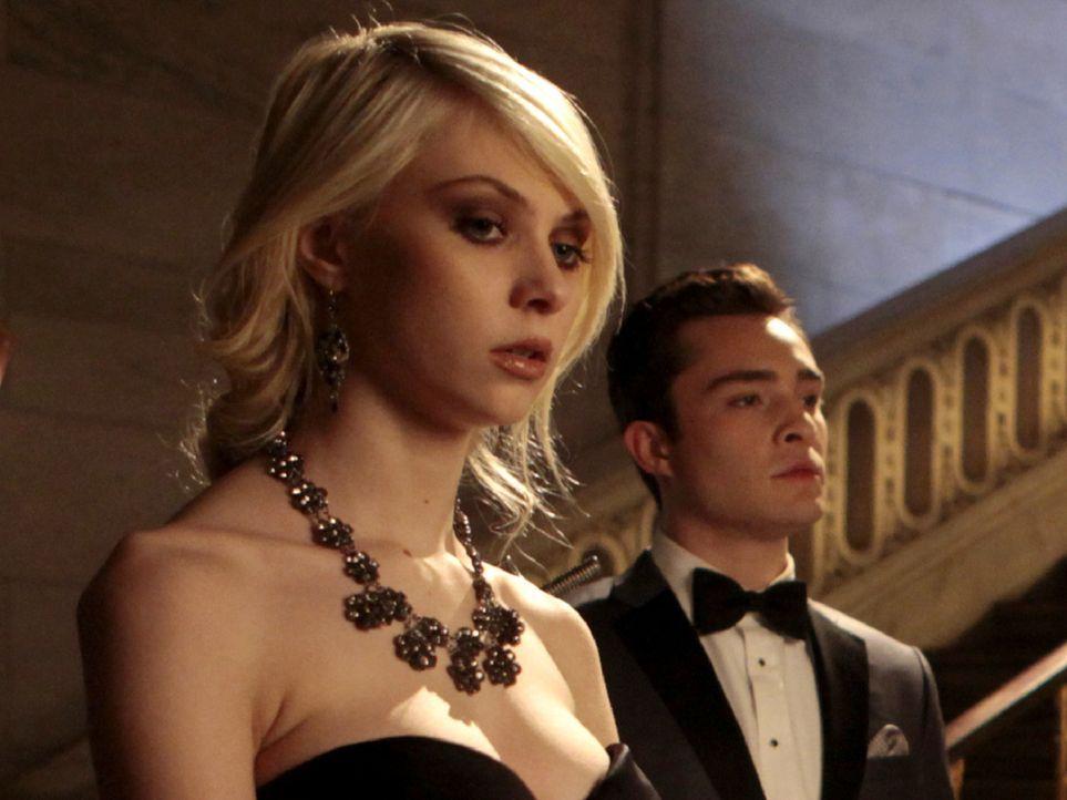 Jenny (Taylor Momsen, l.) hat die falschen Medikamente zwar gefunden, verschweigt dies aber Chuck (Ed Westwick, r.), da auch sie von einer Trennung... - Bildquelle: Warner Bros. Television