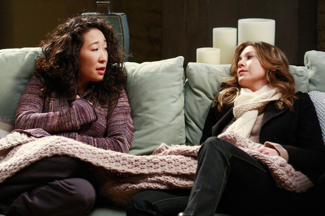Ahnen nicht, was mit Izzie los ist: Meredith (Ellen Pompeo, r.) und Cristina (Sandra Oh, l.) ... - Bildquelle: Touchstone Television