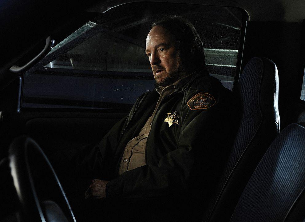 Charlie (Jim Beaver) ist dem Mörder von Harper's Island auf der Spur. Doch schafft er es ihn hinter Gitter zu bringen, bevor es erneut zu einem Gem... - Bildquelle: 2009 CBS Studios Inc. All Rights Reserved.
