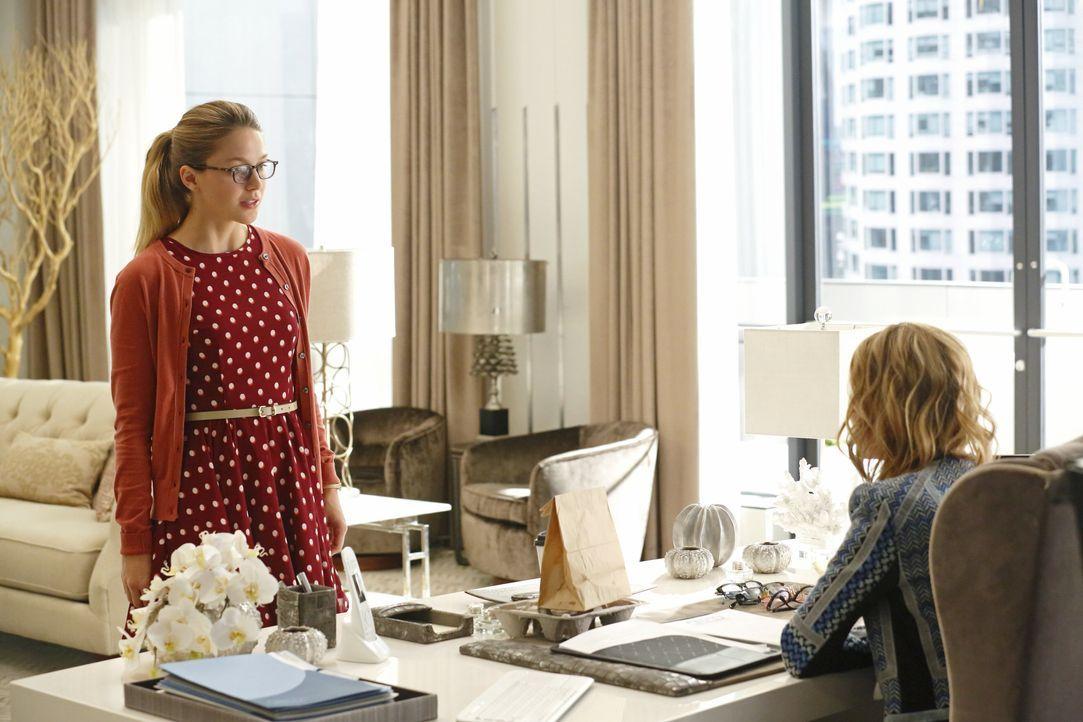 Nicht nur konnte Cat Grant (Calista Flockhart, r.) eine Interview mit Supergirl einsacken, auch plant die Unternehmerin ein großes Feature über die... - Bildquelle: 2015 Warner Bros. Entertainment, Inc.