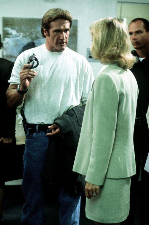 Steve (Barry Van Dyke, l.) erklärt Dr. Denell (Shelley Hack, r.), dass ihre Klinik aufgrund mangelnder Hygiene geschlossen wird. - Bildquelle: Viacom
