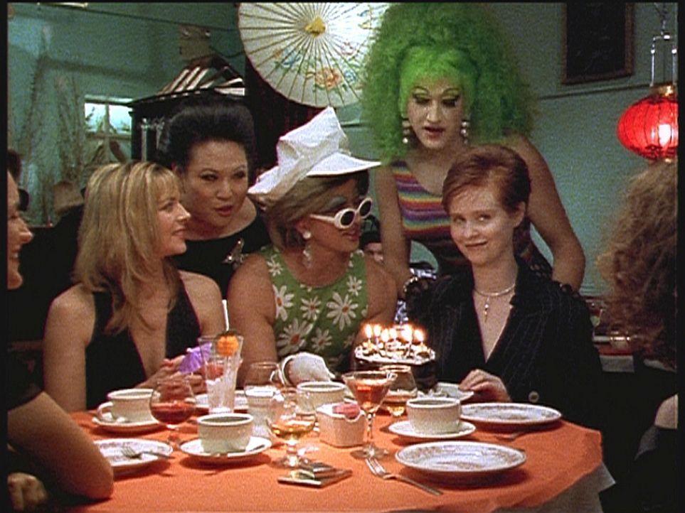 Die Single-Frau Miranda (Cynthia Nixon, 2.v.r.) feiert mit ihren engsten Freunden ihren 30 Geburtstag. - Bildquelle: Paramount Pictures